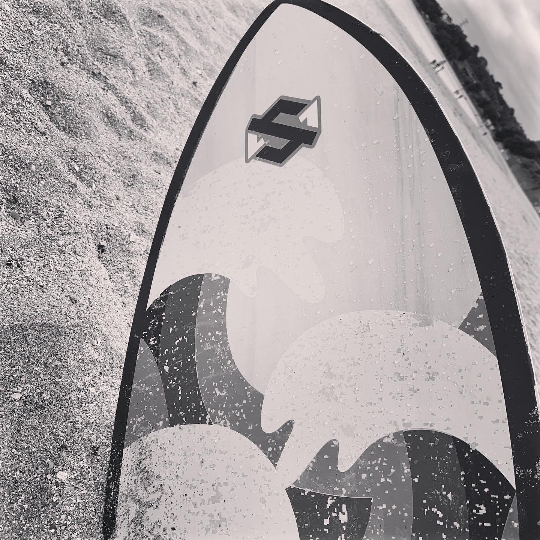 Planche de surf sur la plage by La Photo de Jaz